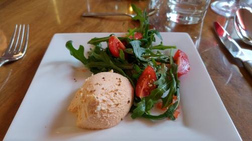"""Fetamousse (Rezept aus meinem Lieblingskochbuch """"Kochen mit Käse"""") mit Ruccolasalat und Tomaten"""