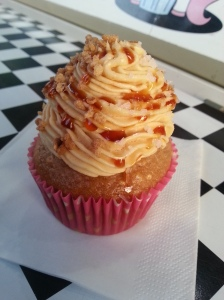 Und mein Cupcake: Schokoteig mit Erdnussbutterfrosting, Karamellsauce, Nüssen und Salzflocken